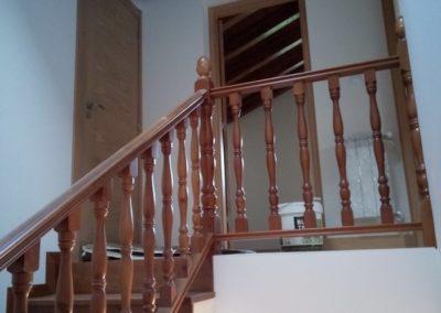 Escalera de madera estilo clásico