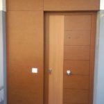 Puerta de entrada blindada con panel de trespa