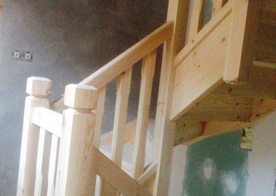 Escalera vista de madera pino